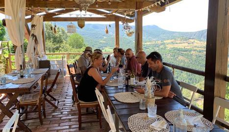 Turistes consultant el mòbil en un establiment de la Vansa.