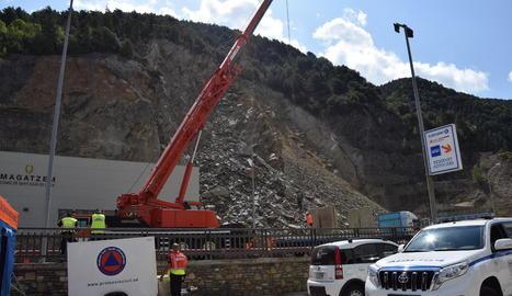 Retencions, pas alternatiu de camions i desviació de cotxes al matí a Andorra (esquerra) mentre s'iniciaven els treballs per assegurar el pendent (dreta).