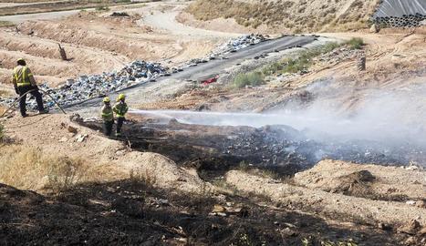 Bombers remullaven ahir els residus de l'abocador de Tàrrega per evitar que les flames s'avivessin.