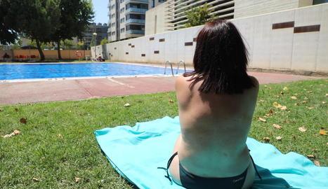 """La nova normativa especifica que """"està permès practicar topless"""" a les piscines de Lleida."""