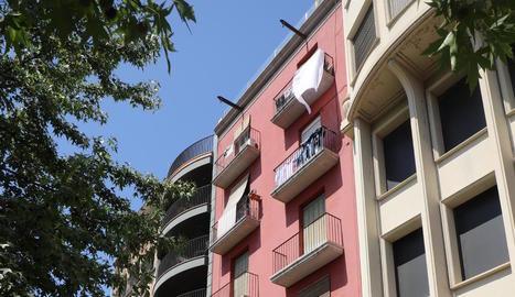 Imatge de la façana dels pisos adquirits per la promotora.