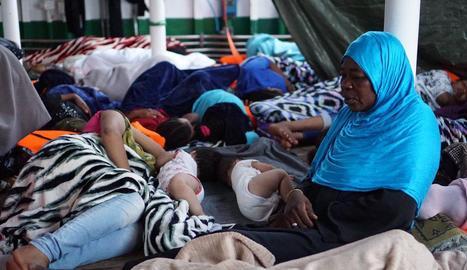 Imatge de l'amuntegament dels refugiats a bord del vaixell 'Open Arms'.