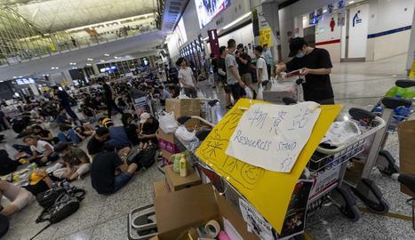 Centenars de viatgers han quedat encallats a l'aeroport de Hong Kong per la cancel·lació de tots el vols sortints i entrants.