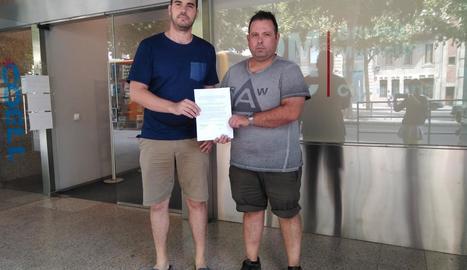 Representants de l'associació VMP Lleida, amb la queixa.