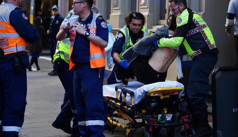 Els serveis mèdics atenen la ferida en l'atac.