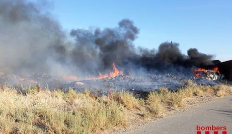 L'incendi a Menàrguens va generar una gran columna de fum.
