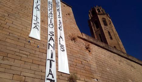 Pengen tres pancartes a la Seu Vella de Lleida contra la 'Llei Aragonès'