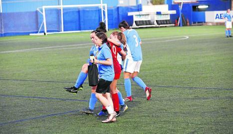 Valentina, a l'esquerra, va marcar el gol del Llevant d'un fort xut.