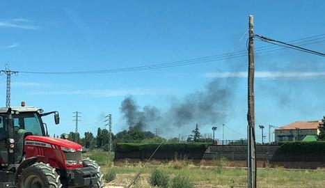 El foc va provocar una columna de fum.