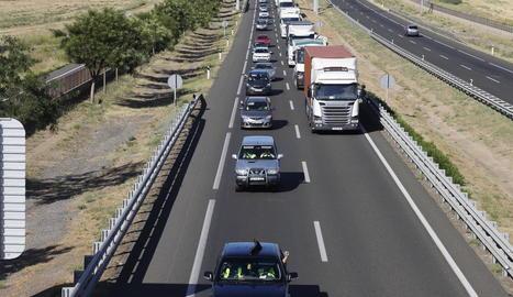 Carretera - En fila índia, els 40 vehicles van sortir ahir des de Torrefarrera per incorporar-se a l'Autovia A-2 fins a arribar a la conselleria d'Agricultura a Barcelona. Van tardar pràcticament 4 hores, inclosa una parada a meitat de camí. ...