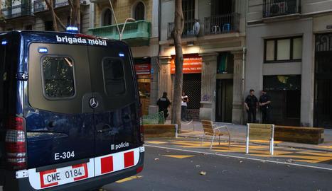 Mossos, ahir davant d'un edifici al carrer Comte Borrell, en una operació contra els narcopisos.