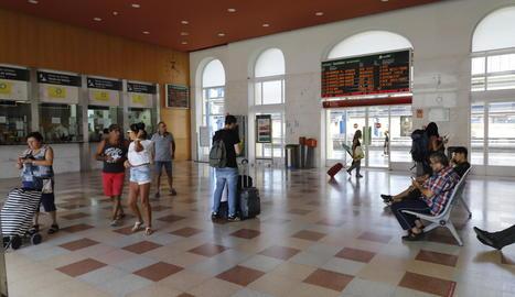 Viatgers ahir al vestíbul de l'estació de trens de Lleida.