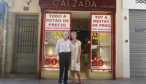 Els actuals titulars de la joieria Calzada del carrer Major, que va tancar ahir.