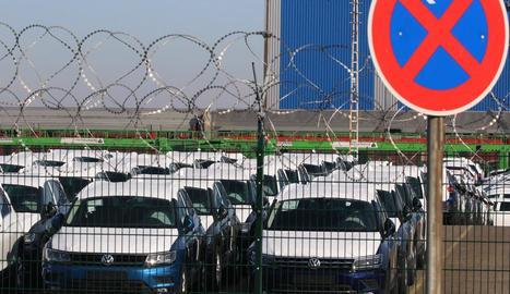 Cotxes preparats per vendre en una factoria germànica.