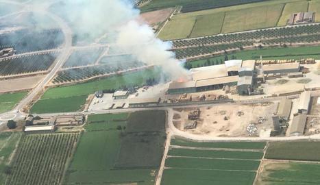 En aquesta imatge aèria s'aprecia la gran columna de fum provocada per l'incendi.