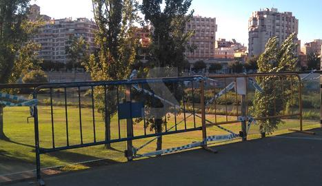 Tanques en lloc de vidre a la passarel·la dels Camps Elisis de Lleida
