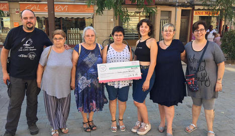 Esther Pallarés (segona per la dreta) amb altres voluntàries de l'associació amb el xec que han donat a Sant Joan de Déu.
