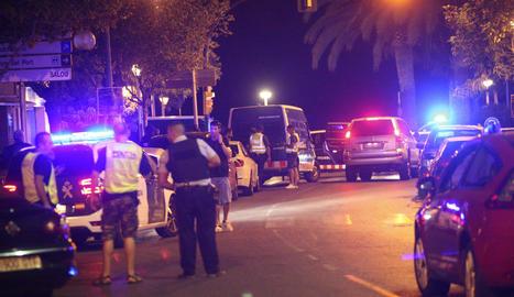 Dispositiu policial a Cambrils després de l'atac i l'acció que va acabar amb la vida dels terroristes.