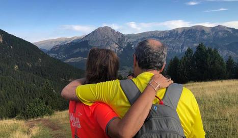 El president, Quim Torra, i la seua esposa, durant una excursió pel Berguedà.