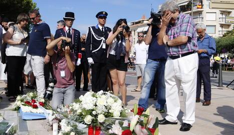 Roque Oriol, vidu de la víctima mortal de l'atemptat de Cambrils, emocionat davant del Memorial per la Pau, ple de flors, l'agost passat, en el primer aniversari de l'atemptat.