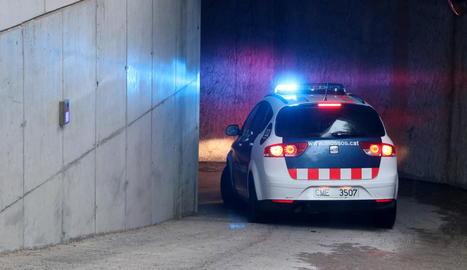 Un cotxe dels Mossos entra en uns jutjats a Barcelona.