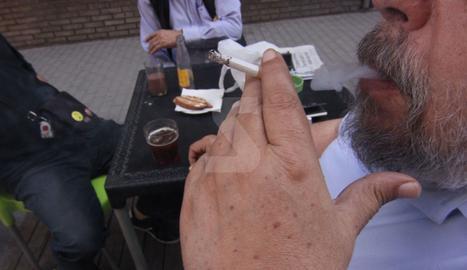 Un home amb una cigarreta en una terrassa de Lleida.