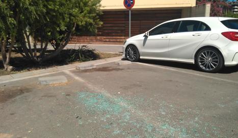 Imatge dels vidres trencats d'un vehicle ahir a Cappont.