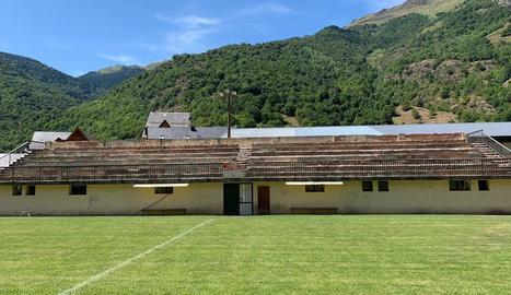L'estat actual de les grades del camp de futbol de Bossòst.