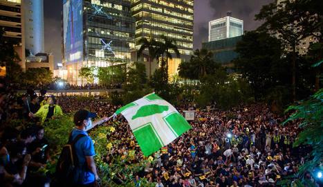 Milers de persones demanen la implicació de Londres i Washington en el conflicte, ahir, a Hong Kong.