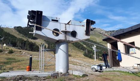 Foto del desmuntatge de l'antic telecadira de l'estació d'esquí d'Espot.