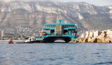 S'encalla un ferri al port de Dénia