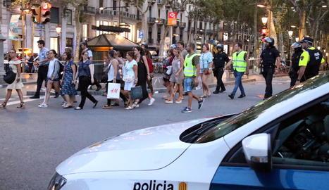 Ciutadans davant del punt on es va quedar aturada la furgoneta a la Rambla.