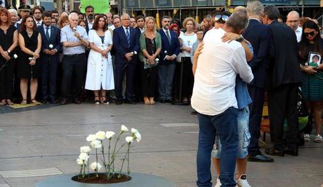 Turistes passen per la placa en record de l'atac jihadista a Cambrils, ahir.