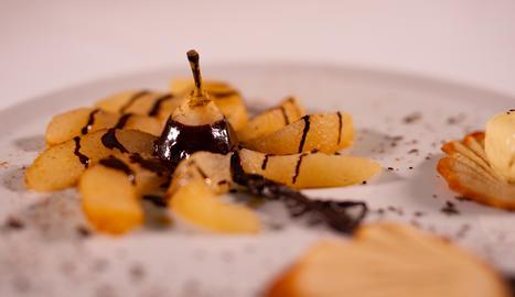 La pera amb xocolata es pot servir amb una bola de gelat de vainilla.
