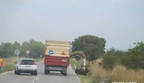 Un camió incomplint ahir les normes de prevenció d'incendis.