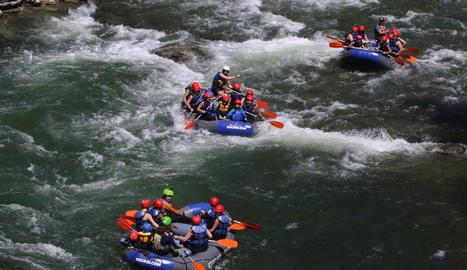 Barques de ràfting salcant la Noguera Pallaresa ahir diumenge al Sobirà.