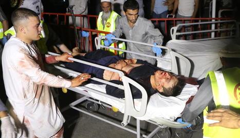 Els serveis sanitaris evacuen un dels ferits, ahir, a Kabul.