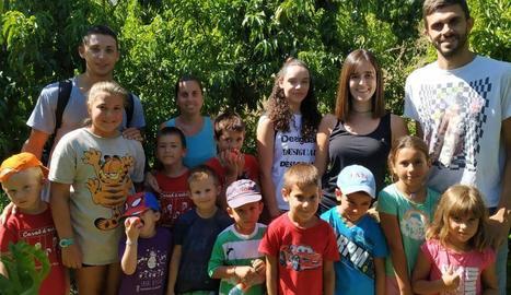 El Casal d'Estiu de Rosselló visita camps de fruiters del municipi