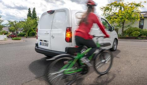 La càmera panoràmica de visió posterior ajuda el conductor durant els desplaçaments diaris en el dens trànsit urbà.