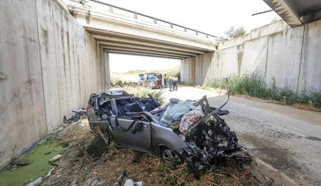 El monovolum, un Peugeot 5008, després de caure d'un pont d'uns cinc metres d'altura.