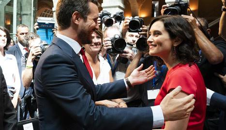 El líder del PP, Pablo Casado, saluda la presidenta madrilenya, Isabel Díaz Ayuso, ahir, a Madrid.