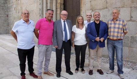 Fernández, amb jaqueta blau elèctric, al costat de la responsable del PP a Lleida, Marisa Xandri.