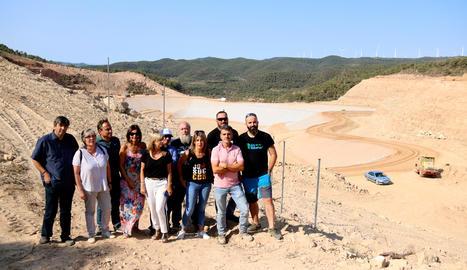 Foto de grup dels alcaldes i electes que han denunciat des de les obres de l'abocador de Riba-roja d'Ebre.