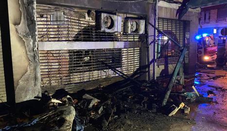 Cremen 40 metres del guarnit del carrer Llibertat de les festes de Gràcia