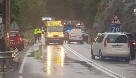 Dispositiu d'emergències ahir pel despreniment a l'N-230 al Pont de Suert.