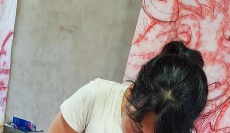 Idoia Tantull, treballant en la restauració de la porta.