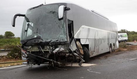 Un mort i nou ferits al xocar un cotxe i un autobús a Amposta