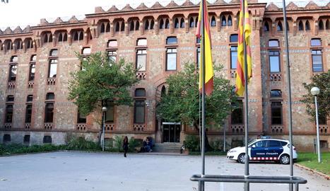Vista de l'edifici del departament de Salut de la Generalitat.
