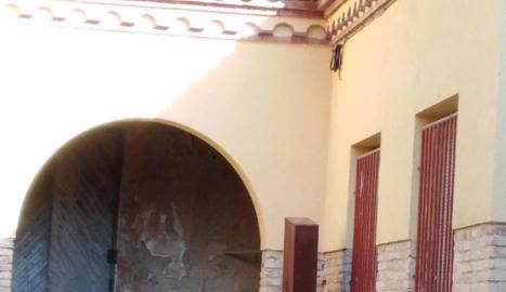 La ubicació de l'escultura fins dissabte a la plaça de la Granadella i l'actual, en un racó.