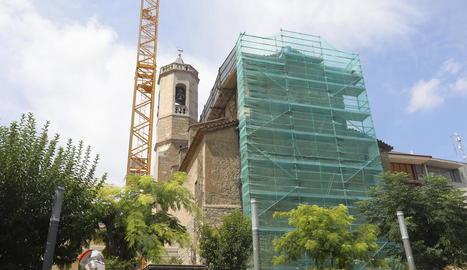 La bastida i la gran grua instal·lades per reparar la teulada de l'església d'Alpicat.